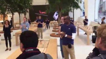 Sí, eso de ahí son árboles: así es la primera Apple Store diseñada por Jonathan Ive