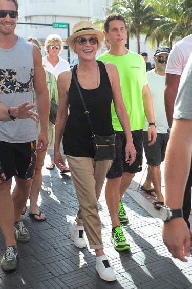 Sharon Stone sin gota de maquillaje y rodeada por chicarrones como armarios roperos mientras pasea por las calles de Miami