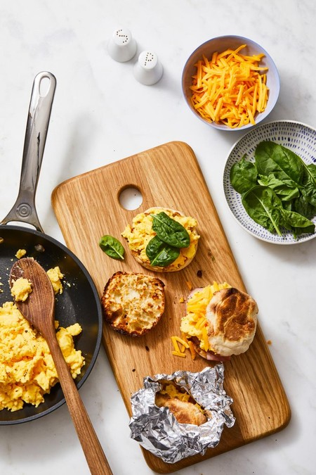 Sándwich de huevo y queso cheddar. Receta de desayuno