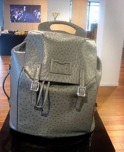 A la playa en 2010 con la mochila de avestruz de Louis Vuitton