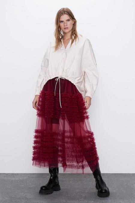 Falda midi de cintura elástica. Forro interior semitransparente en mismo tejido. Detalle volantes combinados a tono.