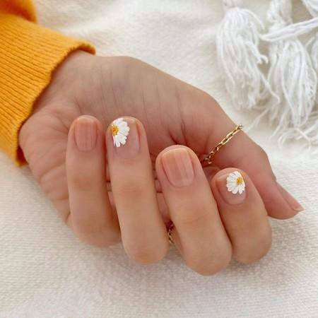 Las margaritas inundan la primavera y también las  manicuras. Fichamos la tendencia más floral e ideal que vamos a querer lucir