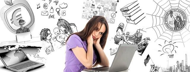 Mujer frente al portátil pensando en las tareas que ha de hacer.