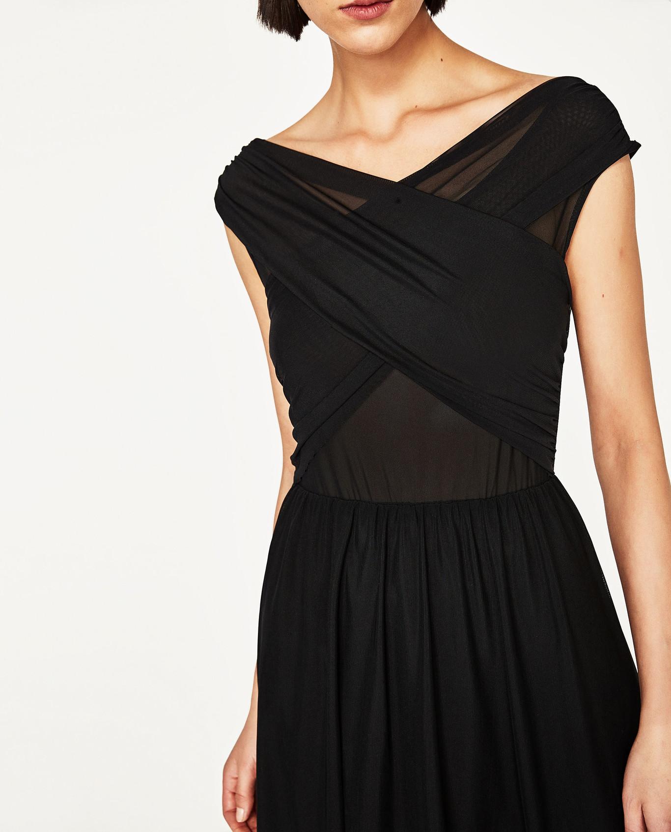 combina tacones negros de zara con vestido negro de