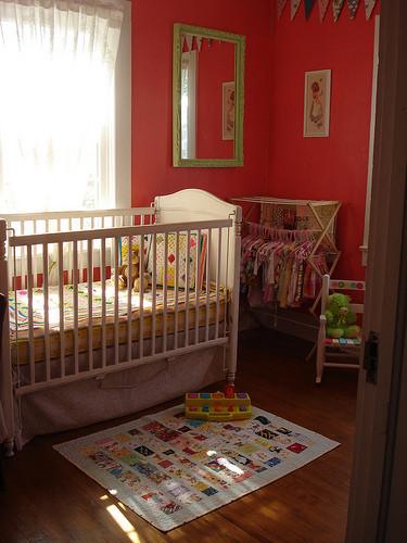 Un tendedero para colgar ropa en la habitación infantil