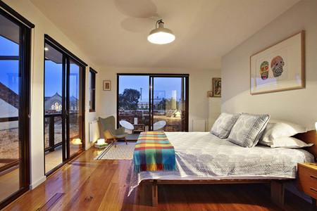 Dormitorio en loft con grandes ventanales
