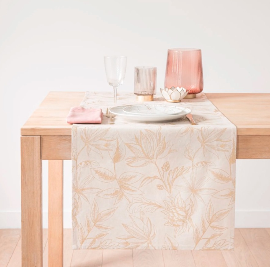 Camino de mesa de algodón blanco con motivos de hojas doradas 48x150