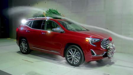 Así es como los adornos navideños arruinan la aerodinámica de tu auto (y tu economía)