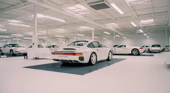 Esta sublime colección privada de 65 Porsche blancos te abre sus puertas en este vídeo