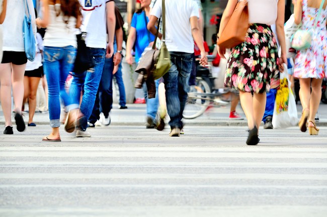 Hombres y mujeres caminando