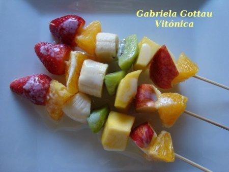 Brochetas de frutas. Receta saludable
