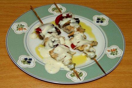 Receta de brochetas de pollo con verduras, aderezadas con salsa de yogur sin lactosa