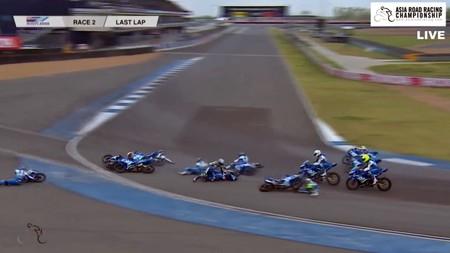Definición grafica de semi-pleno: 11 pilotos, misma moto y la última curva de Buriram