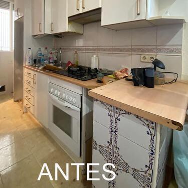 El Antes y Después de una cocina pequeña y estrecha a la que no le falta de nada