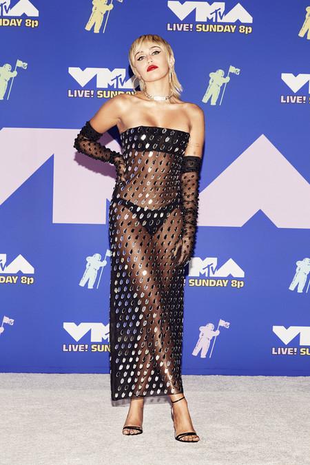 Miley Cyrus tira lechugas y tomates a los MTV VMA's y, por sexistas, los manda al váter