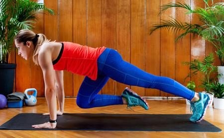 HIIT en casa: una rutina quemagrasas para entrenar solo con tu peso corporal