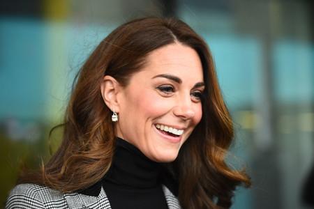 De negro y con blazer de cuadros, la combinación perfecta de Kate Middleton (y para nuestro día a día)