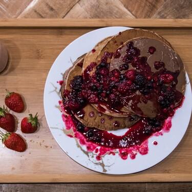 Cómo hacer hot cakes esponjosos de brownie de chocolate doble. Receta fácil