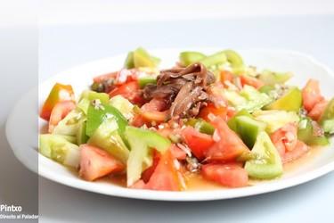 Ensalada de tomate rojo y verde con vinagreta de anchoas. Receta