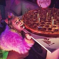 Miley Cyrus celebra los 22 rodeada de pizza