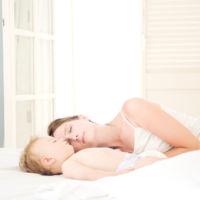 Una conocida psiquiatra infantil receta a los niños que sus padres duerman con ellos