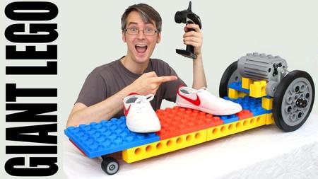 Este monopatín eléctrico está construido con piezas de lego gigantes