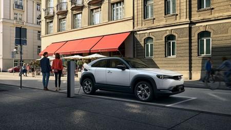 Mazda justifica la corta autonomía del SUV eléctrico MX-30: una batería más grande contaminaría más que un diésel