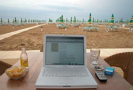 Internet, ¿la alternativa a la economía de playa y ladrillo?