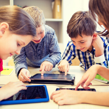 La importancia de la educación tecnológica en niños y adolescentes: cómo repercute en su aprendizaje y les beneficia en el futuro