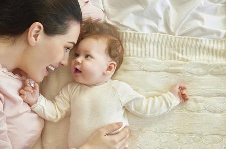 Bebe Sonriendo A Mama