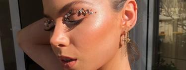 Hemos replicado este maquillaje de brillantes y pedrería y te contamos cómo hacerlo en tu próximo look de invitada