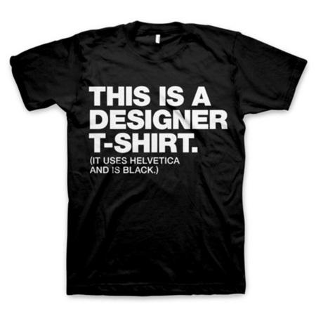 La camiseta de los diseñadores, negra y en helvética