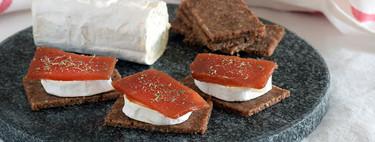 Tostas de queso de cabra a la plancha y dulce de membrillo: idea de aperitivo fácil de última hora con tres ingredientes
