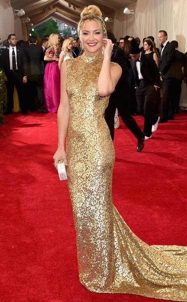 Kate Hudson una preciosa geisha dorada de Michael Kors