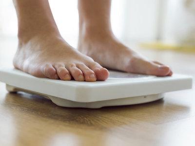 Cinco hábitos que nos impiden perder del todo esos kilos que nos sobran