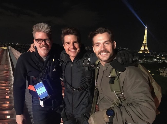 Christopher McQuarrie, Tom Cruise and Henry Cavill in the filming of