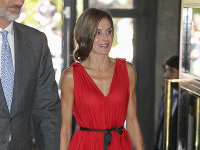Doña Letizia estrena vestido rojo y lo borda