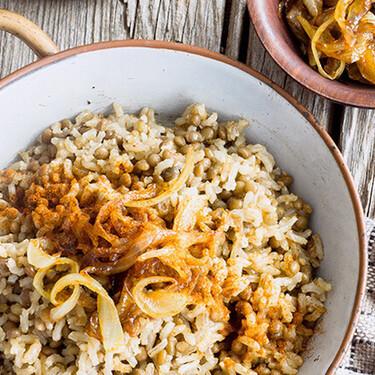 Lentejas con arroz y cebolla caramelizada. Receta fácil de la cocina de medio oriente