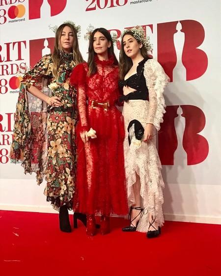 Las hermanas HAIM demuestran que su estilo es único (y diferente entre sí) en plena alfombra roja de los BRIT Awards 2018
