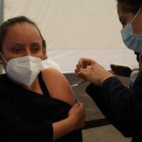 Si llevas dos adultos mayores a vacunarse contra COVID, te adelantan tu dosis: en Chiapas ya no saben cómo alentar a la vacunación