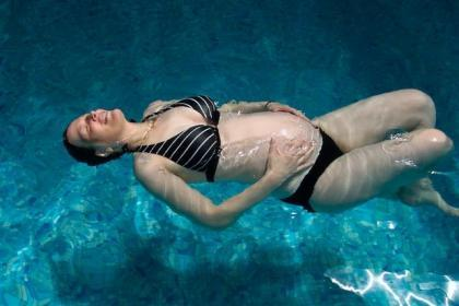 Embarazada en la piscina