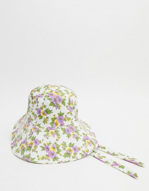 Sombrero de pescador con lazada inferior y estampado de florecitas.