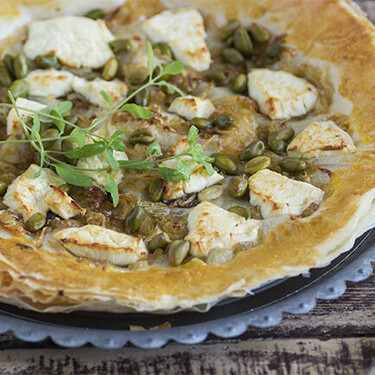 Tarta fina de cebolleta caramelizada y queso de cabra: receta con masa brick súper crujiente