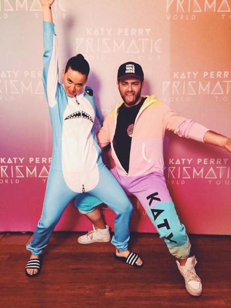 Así se rentabiliza un meme: Katy Perry ya tiene su disfraz de tiburón oficial
