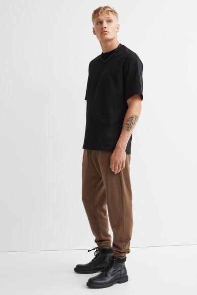 Joggers regular fit color marrón