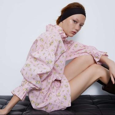 Lo nuevo de Zara nos deja con (románticas) prendas estampadas y repletas de volumen