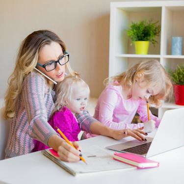 Las madres con niños pequeños que teletrabajan son quienes sufren más estrés durante el confinamiento, confirma un estudio español