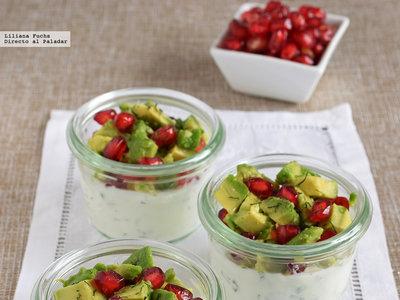 Vasitos de yogur skyr con tartar de aguacate, granada y manzana. Receta de aperitivo fácil y sana