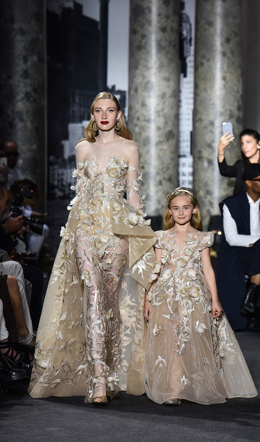 Elie Saab viste de Alta Costura a madre e hijas