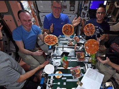 Así es cómo se comen unas pizzas en la Estación Espacial Internacional